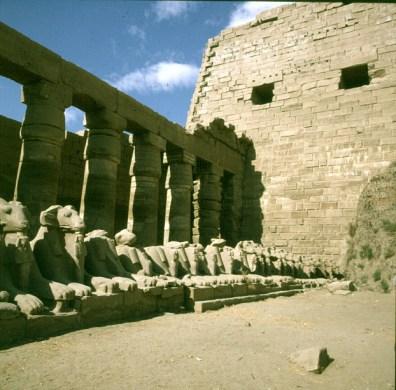 Karnak-1Hof-Sphingen