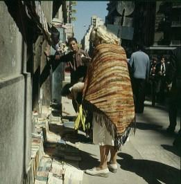 Neukairo Gerda vor Buchladen