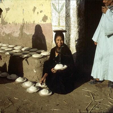Tahib Frau Brot zum Backen vorbereitet