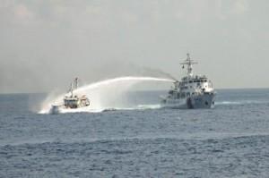 中国船がベトナム船を攻撃