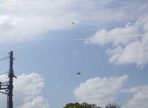 オスプレイを凧で航空妨害する危険行為