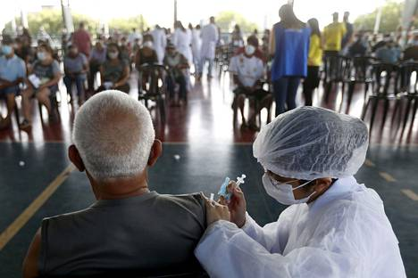 A Brazilian man received a Chinese corona vaccine on Monday in the country's capital, Brazil.  The epidemic has driven the Brazilian crisis.