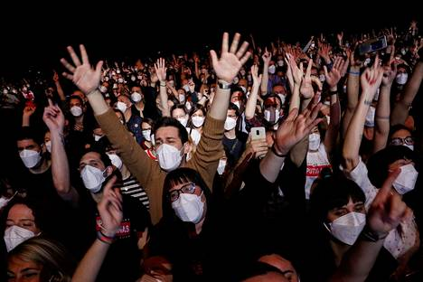 For the concert at the Palau Sant Jordi arena, participants were required to wear face masks, but not safety gaps.
