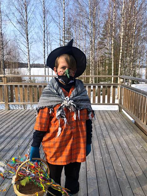 Virpoja from Leppävirta.  This year we had a mask in use.  The neighbors were really happy to have been sitting at home like this in exceptional times.  A happy mind for both the villagers of Näädänmaa and the 10-year-old spinner.