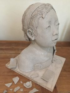 sculpture terre crue cassée