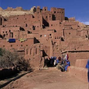 """Débuter le carnet de voyage et le stage """"Dessin, méditation, jeûne intermittent et randonnée au Maroc"""" au Ksar d'Aït-Ben-Haddou."""