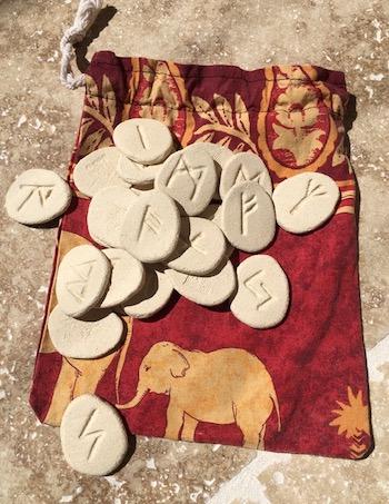 Runes et pochette de rangement
