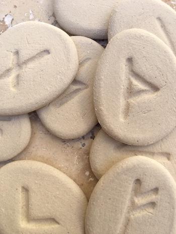 Runes en argile blanches