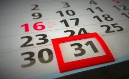 Un calendrier mural avec un petit cadre rouge aimanté qui encadre le chiffre 31