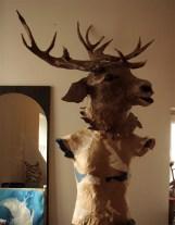 tête de cerf posée sur mannequin (sans tête) en carton