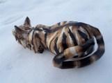 chat tigré en papier dans la neige