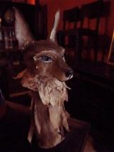 tête de loup à grandes oreilles sur son socle
