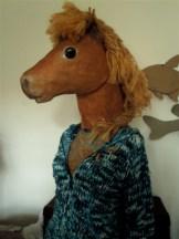 buste poney posé sur mannequin