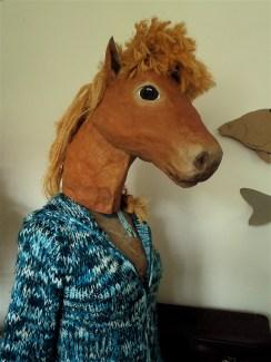 buste poney posé sur mnnequin
