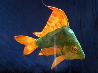 poisson vert , nageoires oranges , papier de soie , profil