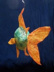 poisson vert , nageoires oranges, papier de soie