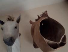 chevaux en papier, léger, un clou suffit .