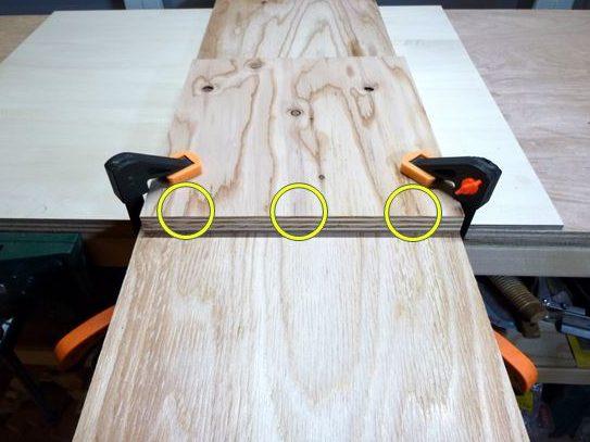 溝位置墨付けし、作業台に固定