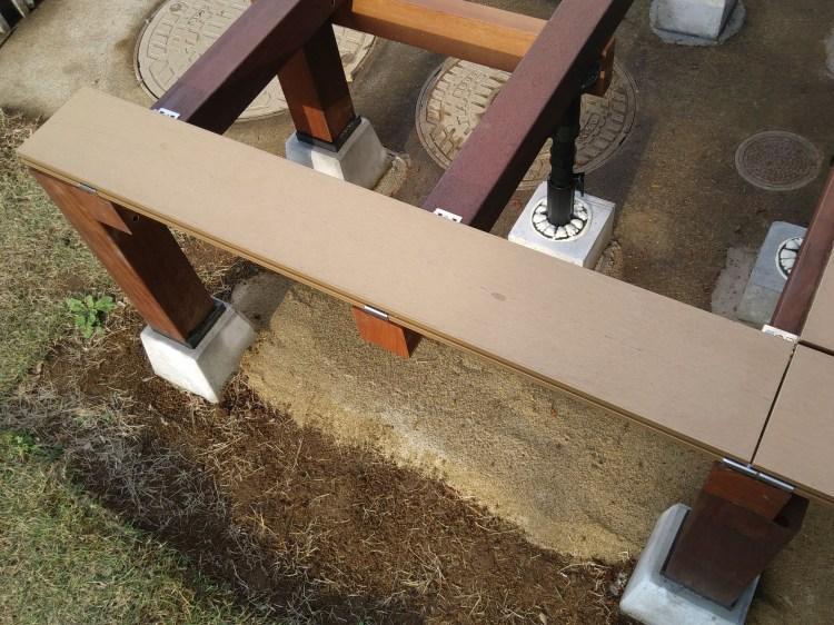 端部金具に床板をはめ込む