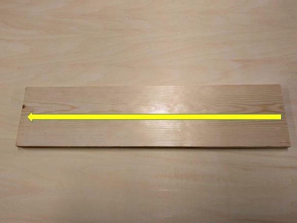 板材の端から端へ墨線をひく