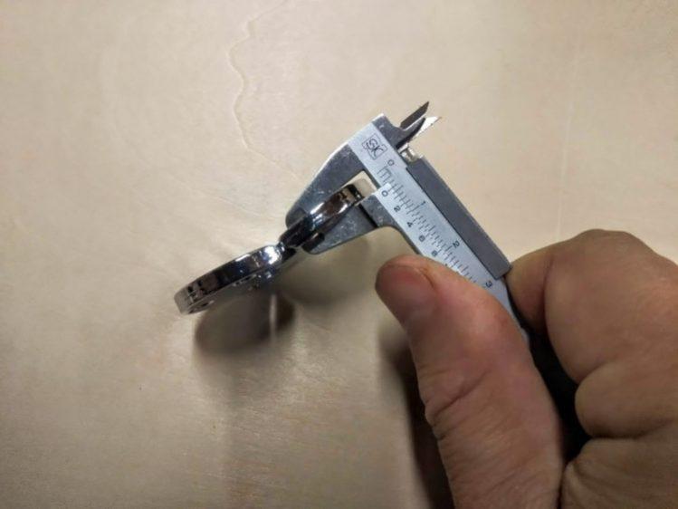 ノギスで丁番の厚みを測定
