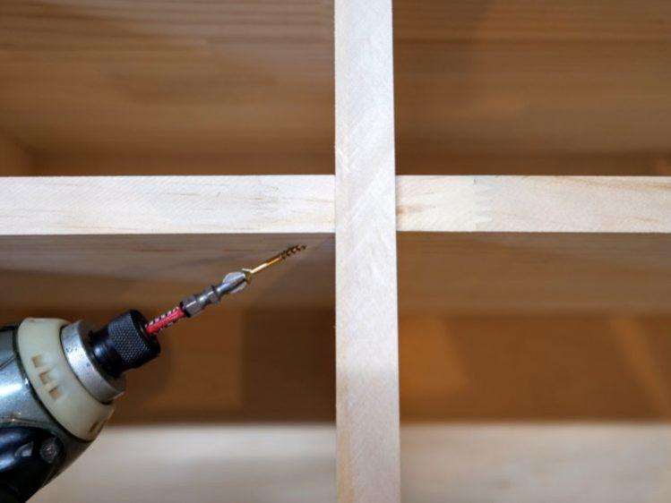 棚板裏面から斜めにビス止め・固定する方法