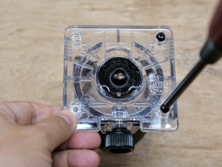 ベースプロテクタを固定ネジを締め付け固定