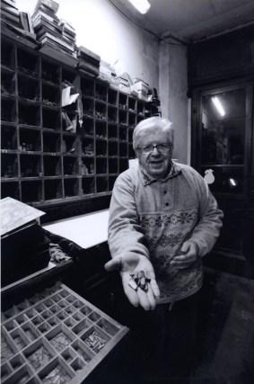 Arnaldo Cingolani all'interno della tipografia in una foto di Antonio Manta.