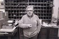 Arnaldo Cingolani all'interno della tipografia in una foto di Giuliano Margaretini.