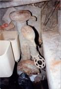Fontanella in ghisa. Sotterranei di San Francesco prima del lavoro di ripulitura del 1996. Archivio fotografico Ufficio Economato Potenza Picena.