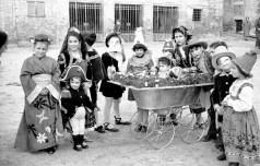 Gruppo di bambine davanti al vecchio mattatoi di Largo Leopardi, tra di loro Wanda Grandinetti, Silvana Carestia, Ornella Linardelli, Matilde, Anna e Mario Capponi.