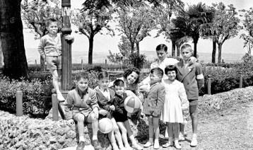 Gruppo di bambini al pincio: tra di loro Rinaldelli Silvano, Rinaldelli Teresa, Rinaldelli Mario, Rinaldelli Gianni, Aido Consolani, Franco Consolani, Bruno Orselli, Iva Barbera Borroni e Mario Barbera Borroni.