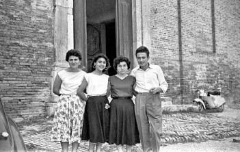 Da dx Lino Foglia, Luciana Spinaci, Maria Fratini e Gianna Scocco davanti al sagrato della Chiesa di S. Francesco.