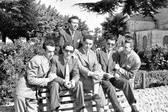 Gruppo di ragazzi al pincio da sx Arnaldo Clementoni, Fausto Grandinetti, Ivan Mancini, Giuseppe Rinaldelli, Luciano (Ciano) Pastocchi e sopra Giovanni Pastocchi.