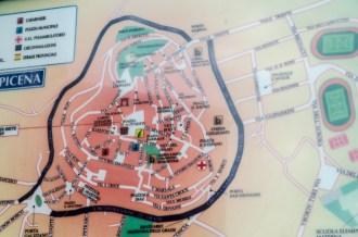 Cartello collocato in Piazza Matteotti con lal cartina del Centro storico di Potenza Picena dove si indica Piazzale San Martino. Foto Sergio Ceccotti.