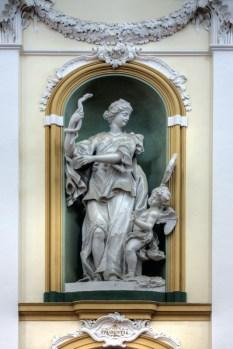 """Statua della Prudenzia, sec. XVIII, all'interno della Chiesa di San Francesco. Foto tratta dal libro """"Il fascino della Storia, il respiro del mare - Potenza Picena""""."""