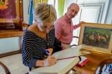 Maria Ana Russo mentre firma il registro delle presenze. 18 maggio 2016 donazione quadro di Luis Dottori al Comune di Potenza Picena. Foto di Sergio Ceccotti.