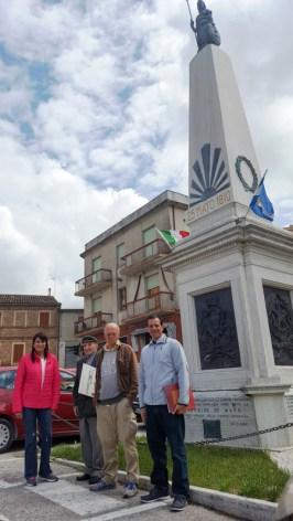 Da sx Amalia Fontinovo Emilio Zamboni, Paolo Onofri e Omar Igich, presso la Piramide de Mayo. Foto di Agostino Riccobelli.