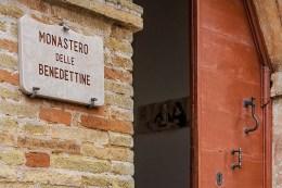 Ingresso di Via Cutini del Monastero Benedettine di Santa Caterina in San Sisto a Potenza Picena - Foto Sergio Ceccotti.