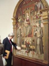 Visita di Vittorio Sgarbi a Potenza Picena il 14 Aprile 2007. All'interno della Pinacoteca ammira la tavola di Bernardino di Mariotto. Foto di Nico Coppari.