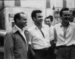 """Piazza Matteotti, da sx Fangio, Marimon, Mario Grandinetti, alle spalle Romeo Renzi e Giovanni Re. Fototeca Comunale """"B. Grandinetti""""."""