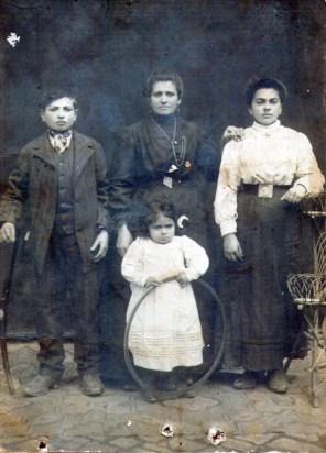 Buffolutti de Scocco con sus hijos: JOSÉ, ROSA e IRMA SCOCCO. Foto Margarita Scocco.