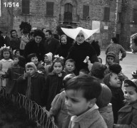 bambini insieme alla suora cappellona in Piazza Matteotti. Fototeca Comunale Bruno Grandinetti.