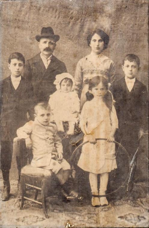 Famiglia Carestia Antonio, Anna Moretti insieme ai loro figli Igino, Clito, Rinaldo, Maria e Fernanda. Foto di Franco Carestia.