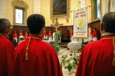 Benedizione del nuovo stendardo della Confraternita del Corpus Domini da parte di don Andrea Bezzini. Foto di Sergio Ceccotti.