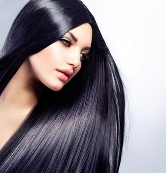 femme avec cheveux bruns lisses