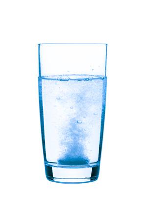 comprimé effervescent dans un verre