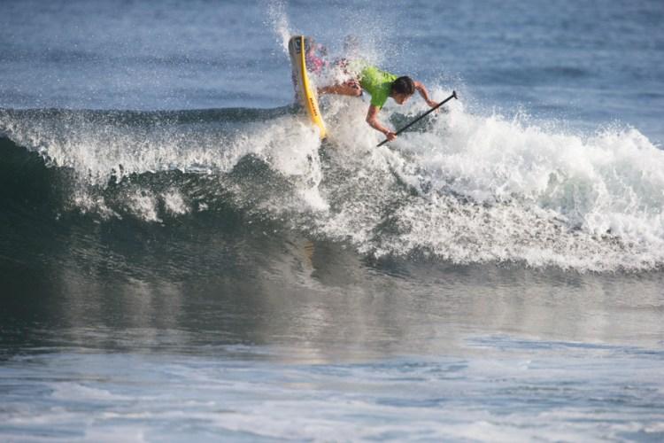 Riki Horikoshi del Equipo de Japón ejecuta un buen rebote con mucha velocidad. Horikoshi surfeó en las Rondas de Repechaje hoy pero no avanzó a la Final de mañana. Foto: ISA/Brian Bielmann