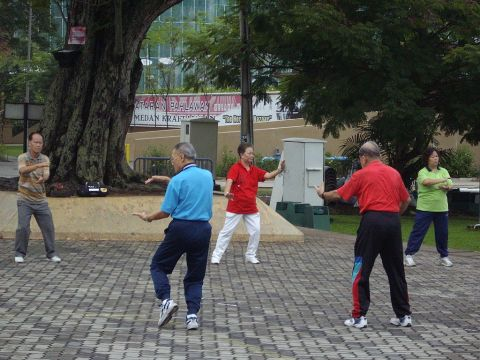 1024px-'TAI-CHI'_exercises_performed_early_mornings_in_Malacca(25-10-07_Thursday)