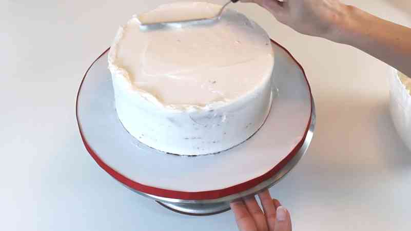 smoothing top of buttercream cake